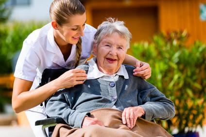 Senioren- oder Patiententaxi: Ruhige und besonnene Fahrer<br/>geben Hilfestellung